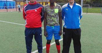 Enzu Conde mit seinen Trainern von den Sportfreunden Gerresheim