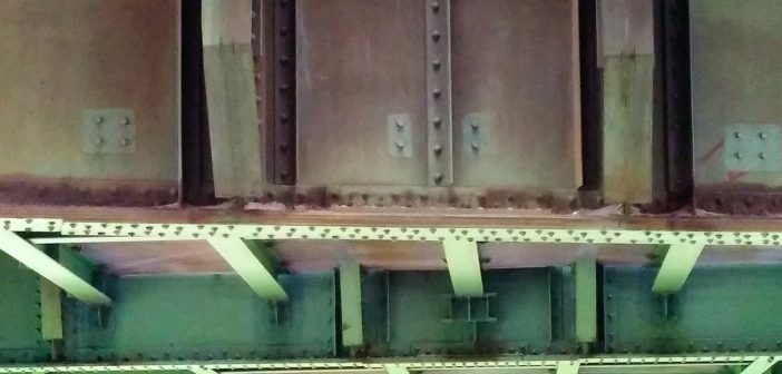 Düsselquiz: Brückenkasten der Südbrücke, gesehen von der Hammer/Fleher Seite aus