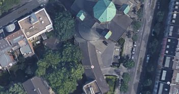 Die Kreuzkirche am Dreiecke von oben (Google Earth)