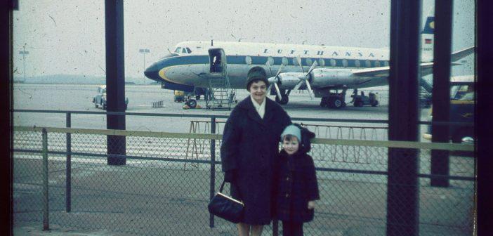 Mutter und Tochter am Düsseldorfer Flughafen