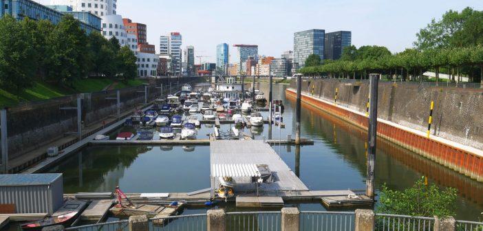 Blick über die Marina in den Medienhafen