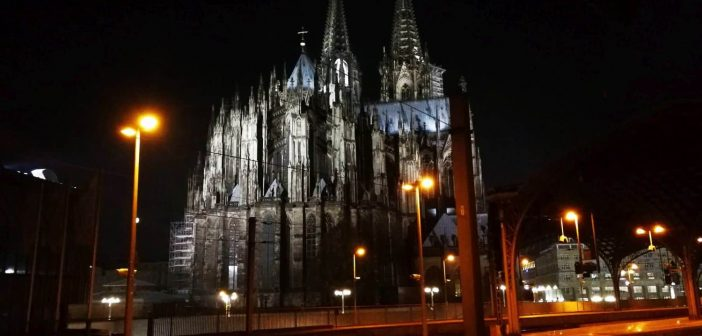 Der Kölner Dom gesehen vom Bahnsteig 4 des Hbf aus...