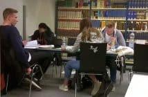 Stadtbücherei - Junge Menschen konzentriert an Büchern